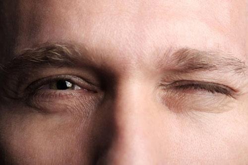 nháy mắt phải nam