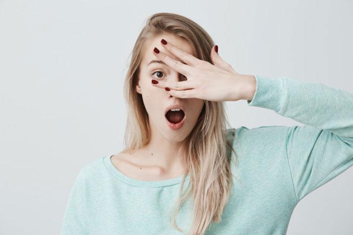 Nháy mắt phải nữ có điềm gì không? Mắt phải giật là may hay xui
